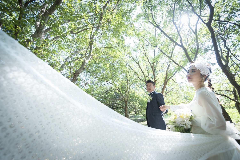 香川県高松市の小さな結婚式相談カウンターマリマリコンシェルジュの森林でのフォトウエディング