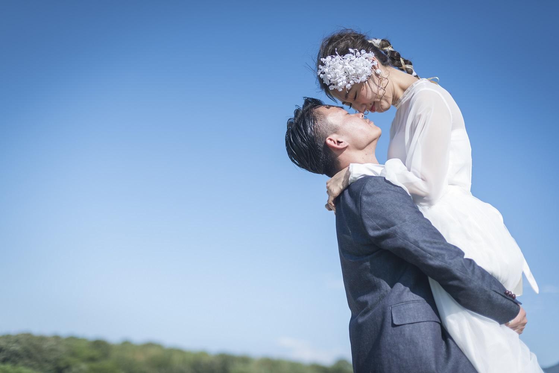 香川県高松市の小さな結婚式相談カウンターマリマリコンシェルジュの青空をバックにフォトウエディング