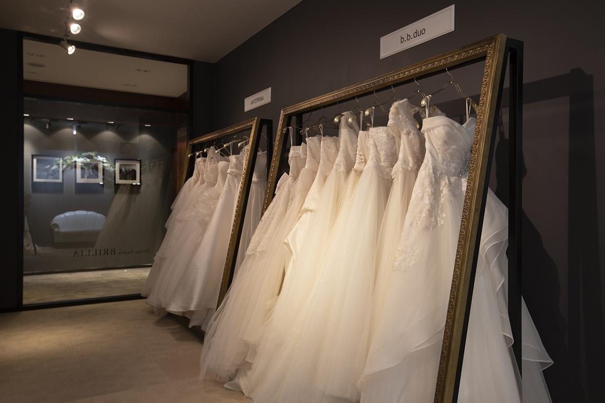 ブランド別のウエディングドレスの展示ルーム