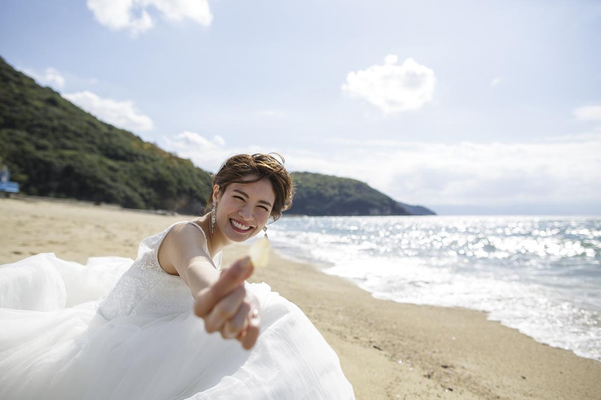 ビーチでウエディングドレスを着て撮影