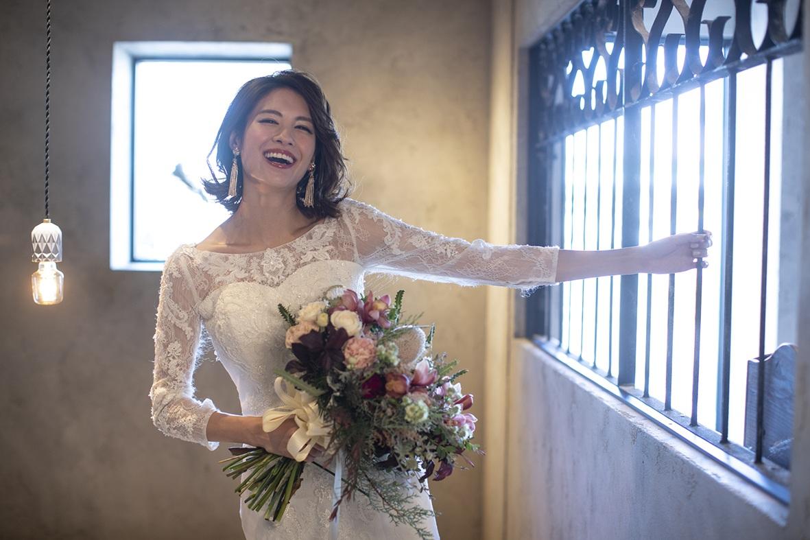 アンティークな雰囲気でウエディングドレスを着て撮影