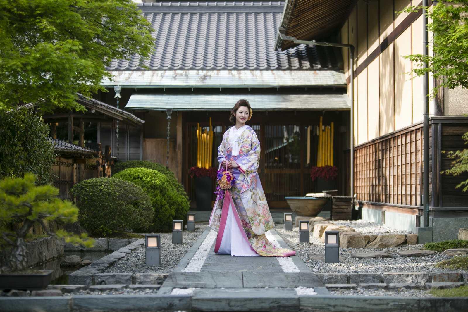 弓絃葉の邸宅前に立つ花嫁
