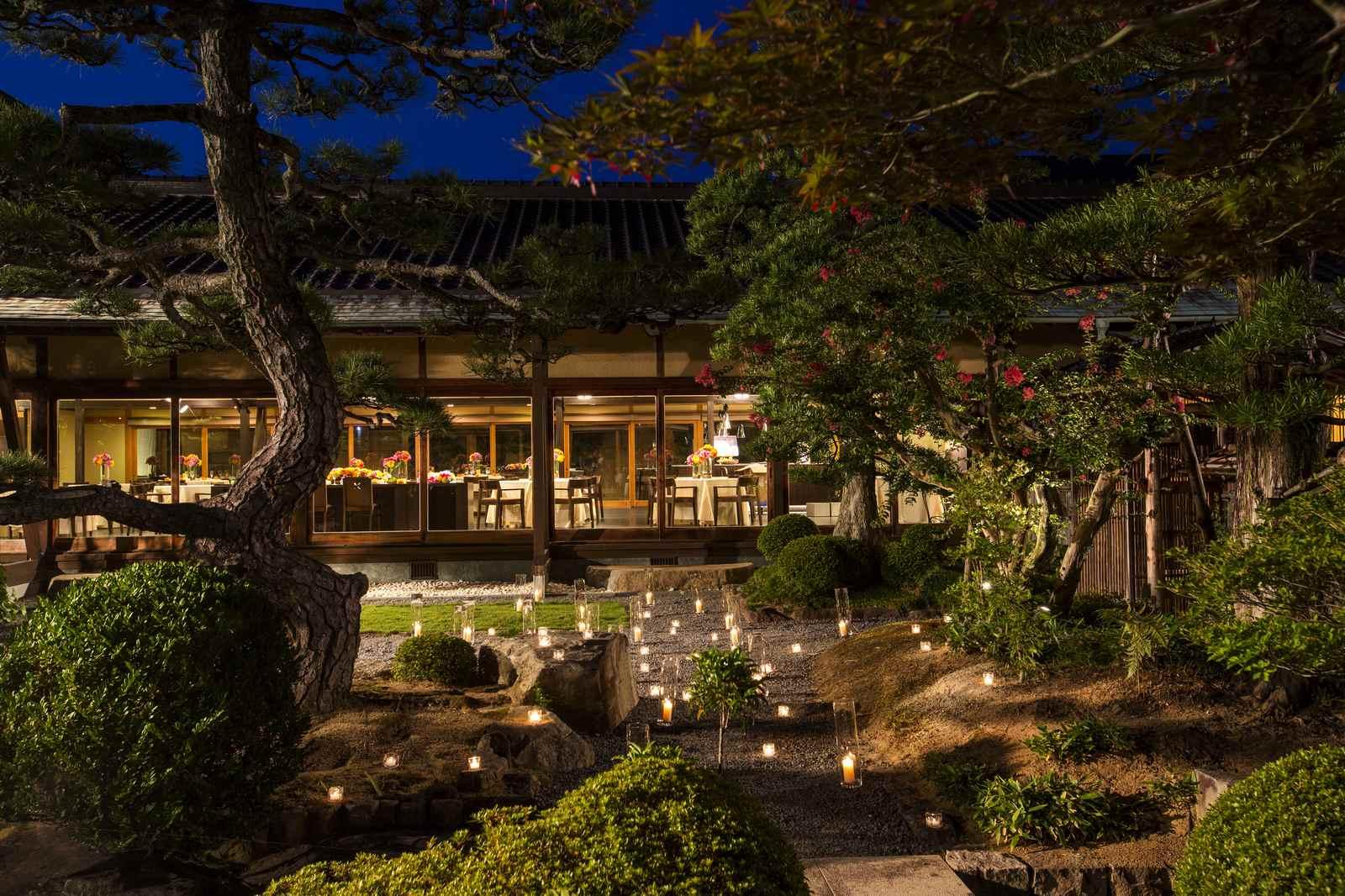 キャンドルでライトアップされた日本庭園