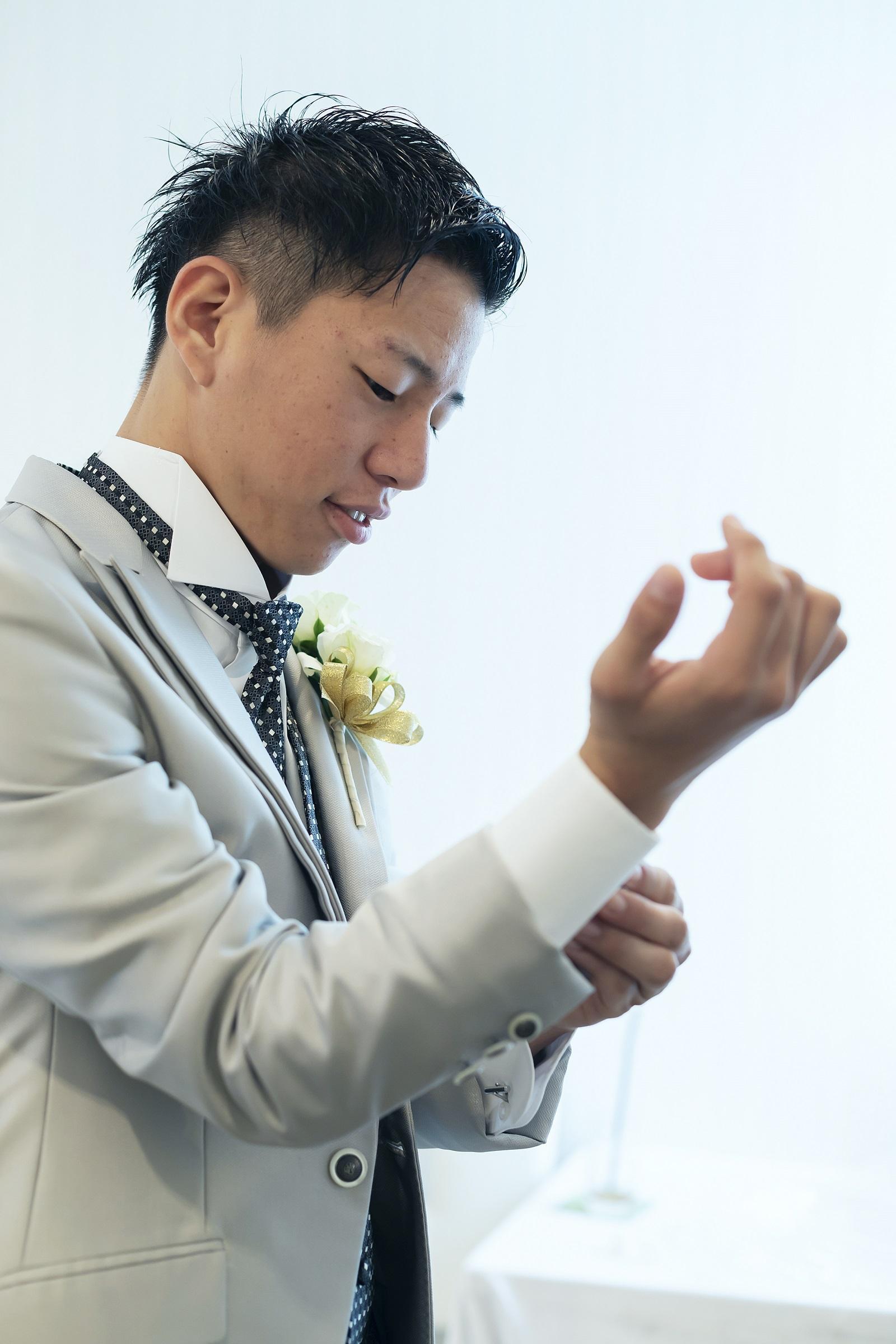香川県高松市の小さな結婚式相談カウンターマリマリコンシェルジュのご紹介式場で新郎の支度風景