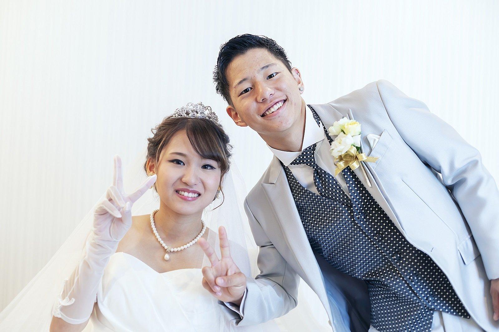 香川県高松市の小さな結婚式相談カウンターマリマリコンシェルジュのご紹介式場での新郎新婦の記念写真