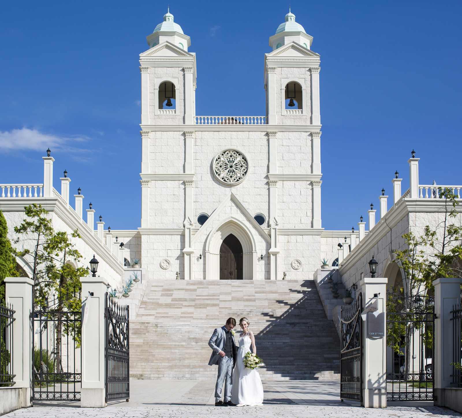 大聖堂と大階段をバックに立つ新郎新婦