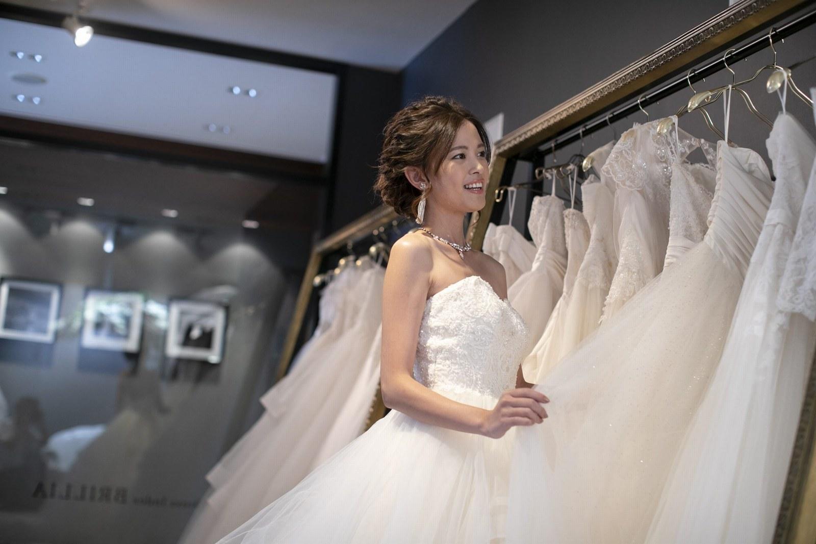 香川県高松市の小さな結婚式相談カウンターマリマリコンシェルジュのウエディングドレスとモデル