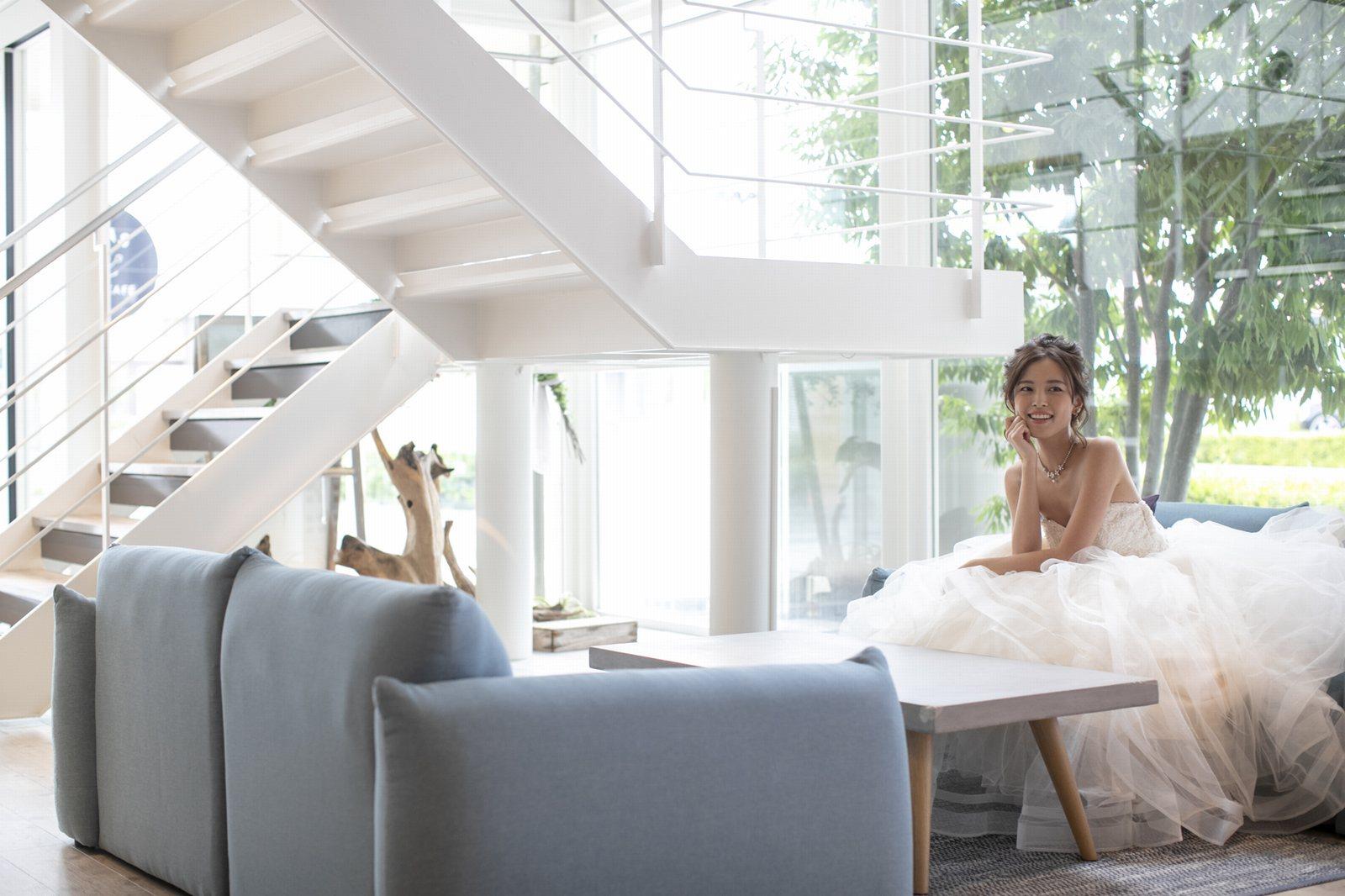 香川県高松市の小さな結婚式相談カウンターマリマリコンシェルジュのソファーに座ってウエディングドレスの撮影