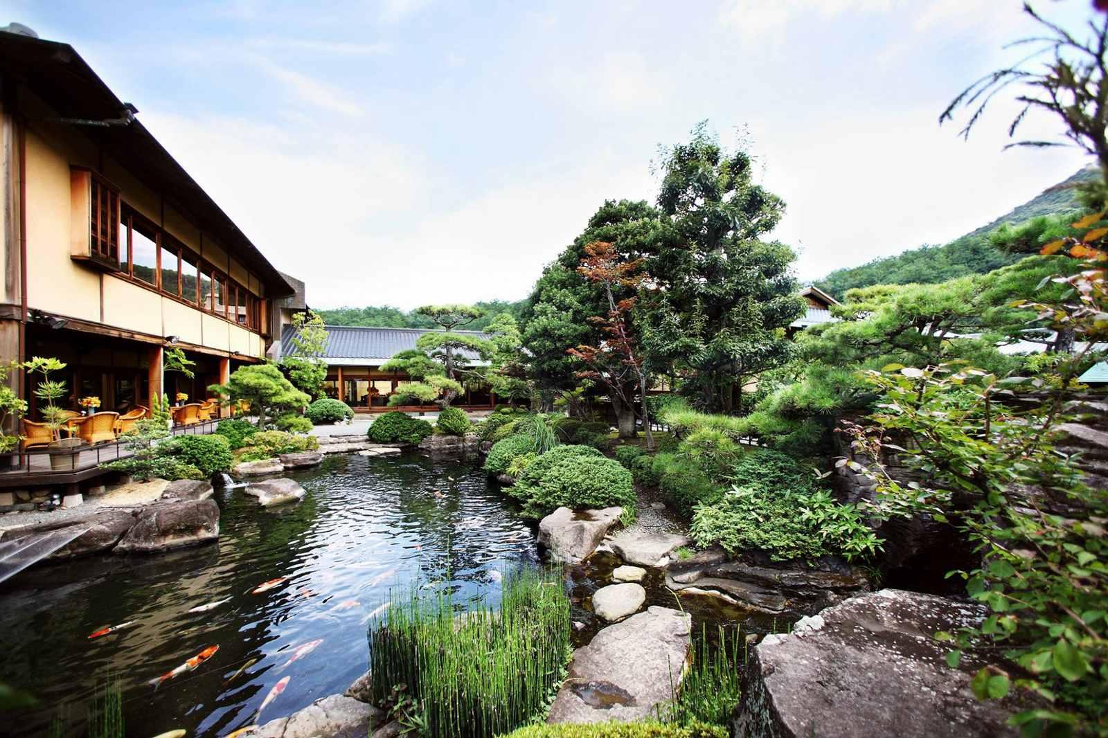 弓絃葉の日本庭園