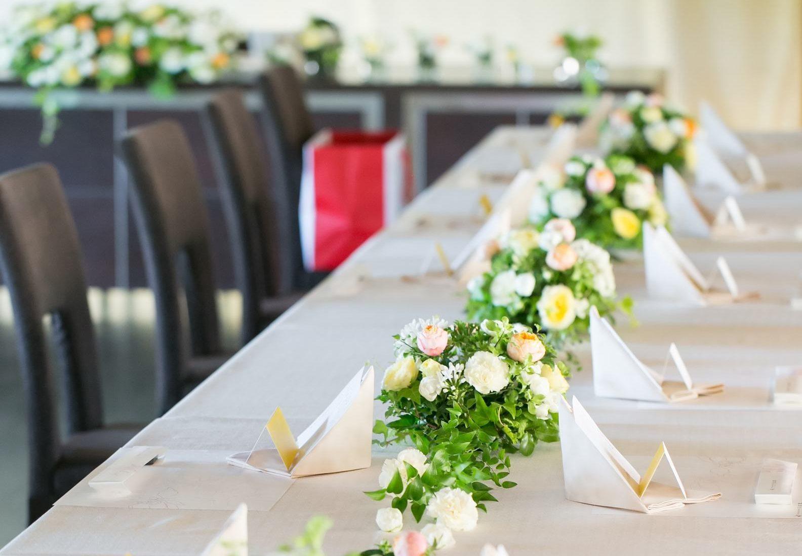 長テーブルを使ったレイアウトの披露宴会場
