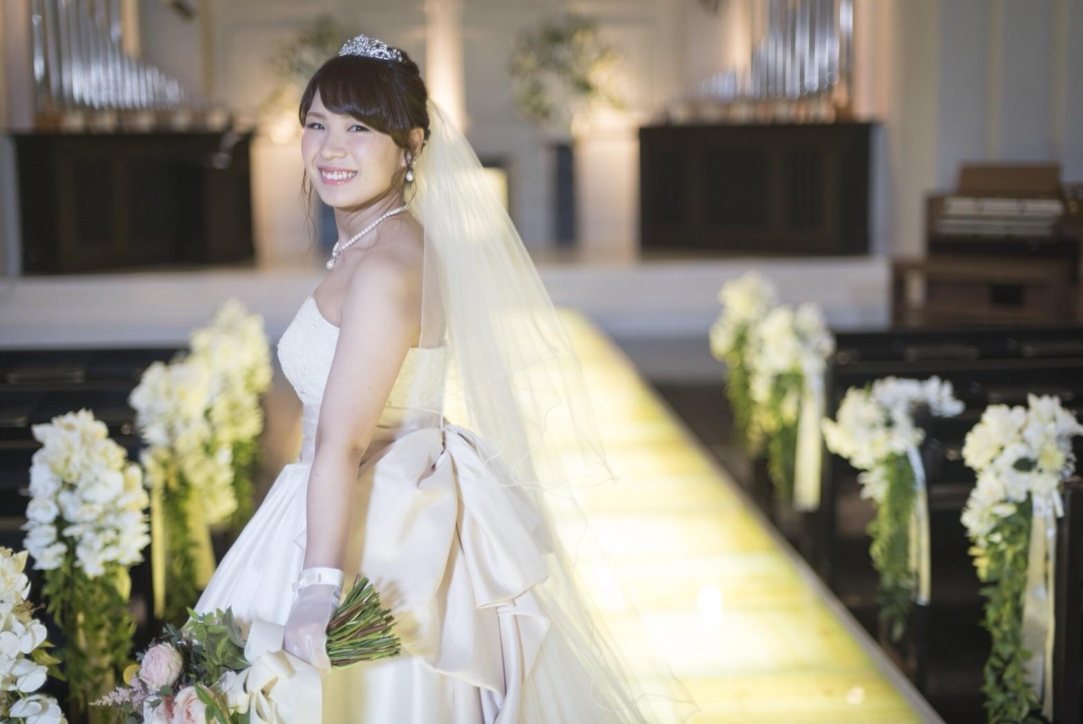 香川県高松市の小さな結婚式相談カウンターマリマリコンシェルジュのご紹介式場 バージンロードで新婦の写真