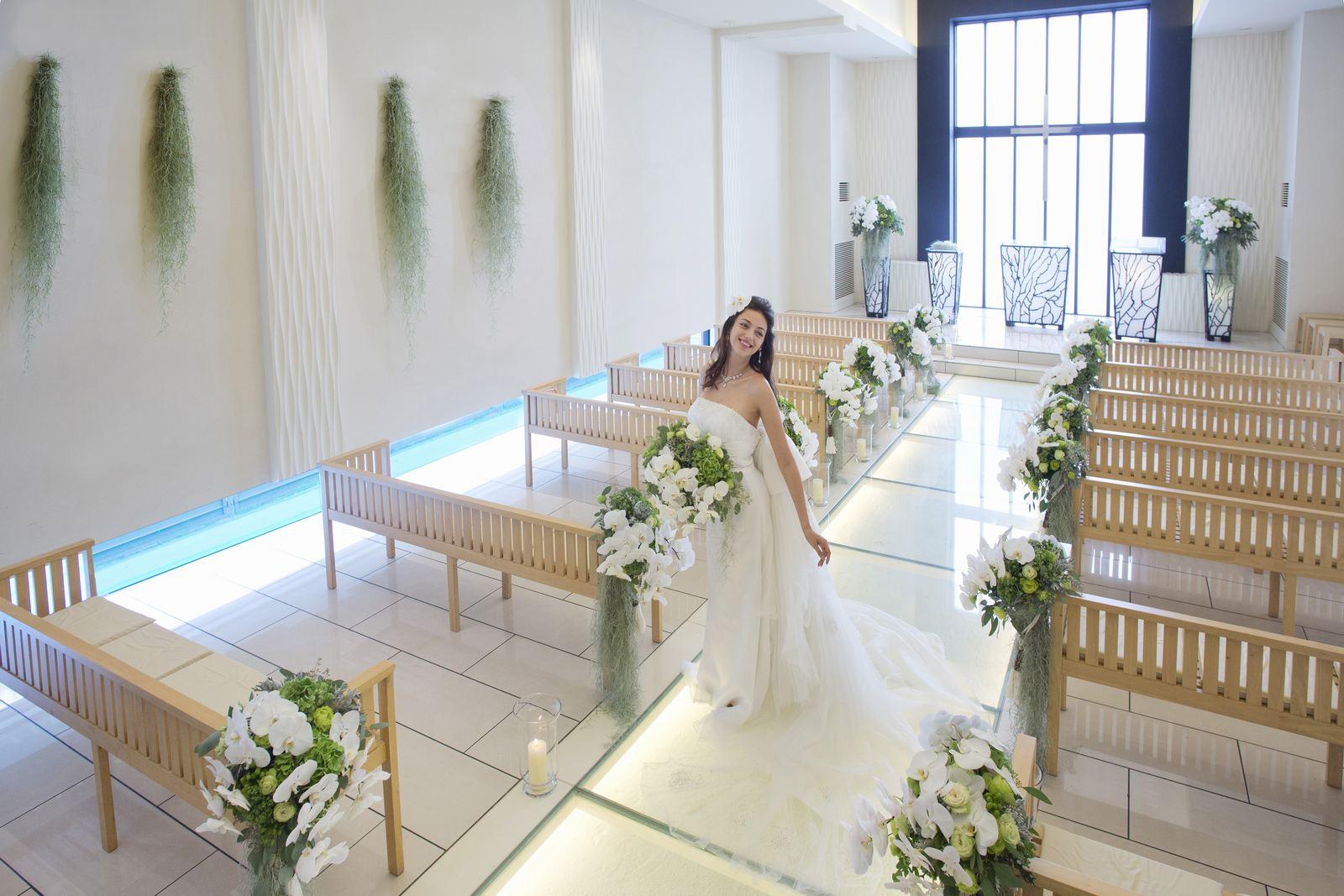 チャペルのバージンロードに立つ花嫁