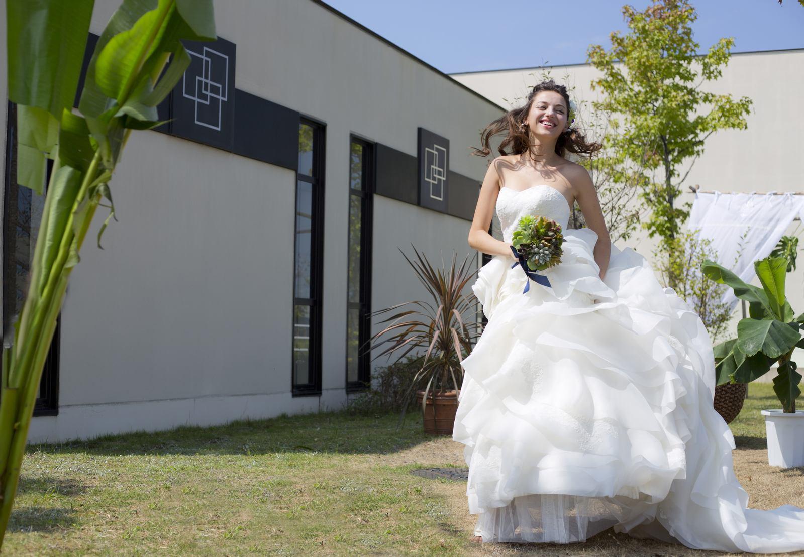 オープンエアのガーデンでドレス姿の花嫁
