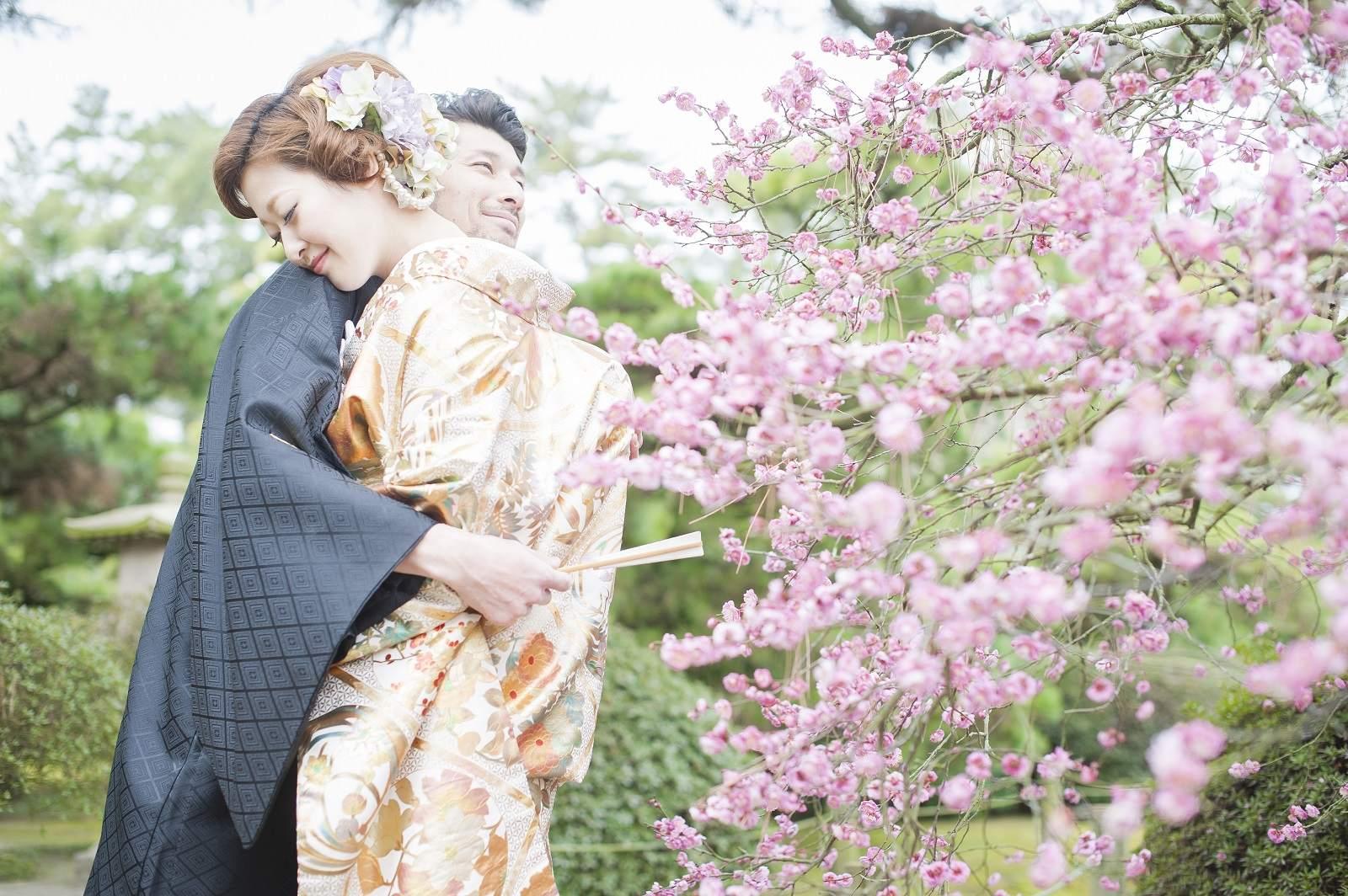 庭園で和装を着てウエディングフォト
