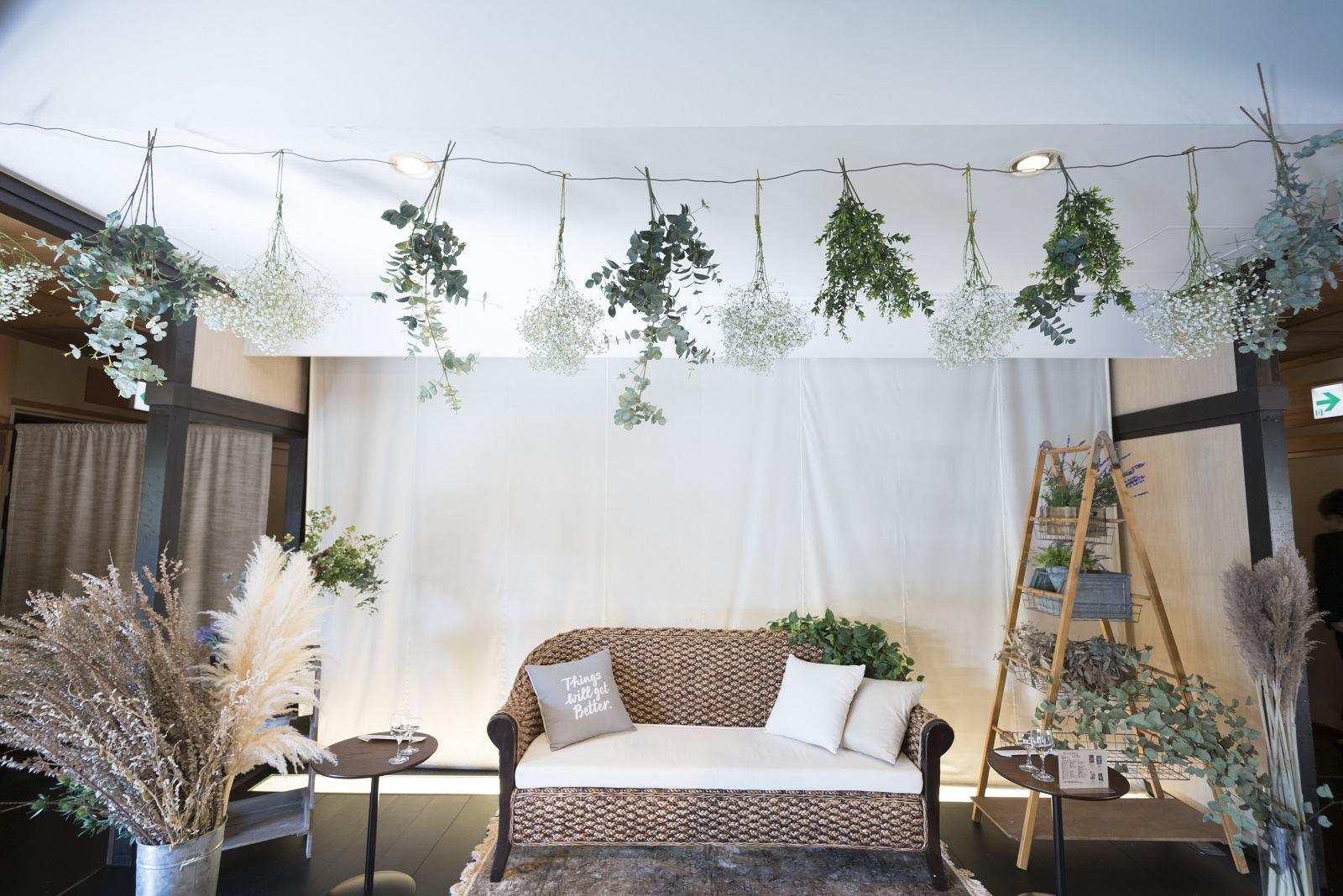 香川県高松市の小さな結婚式相談カウンターマリマリコンシェルジュのご紹介式場 弓絃葉の披露宴会場をナチュラルに装飾