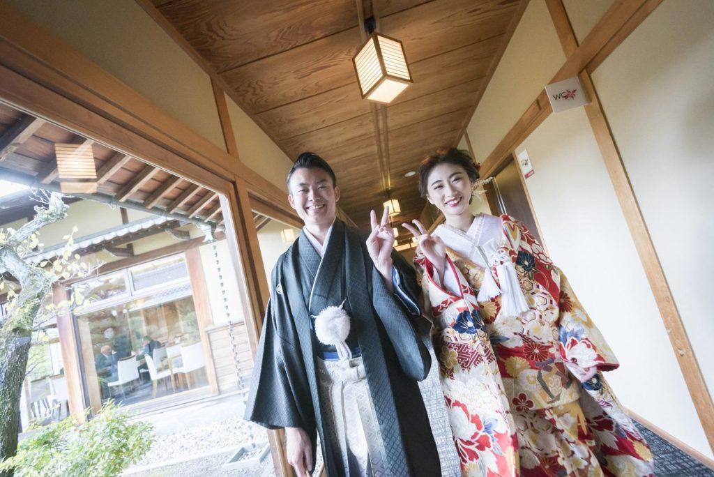 香川県高松市の小さな結婚式相談カウンターマリマリコンシェルジュのご紹介式場 弓絃葉の通路で新郎新婦に記念撮影