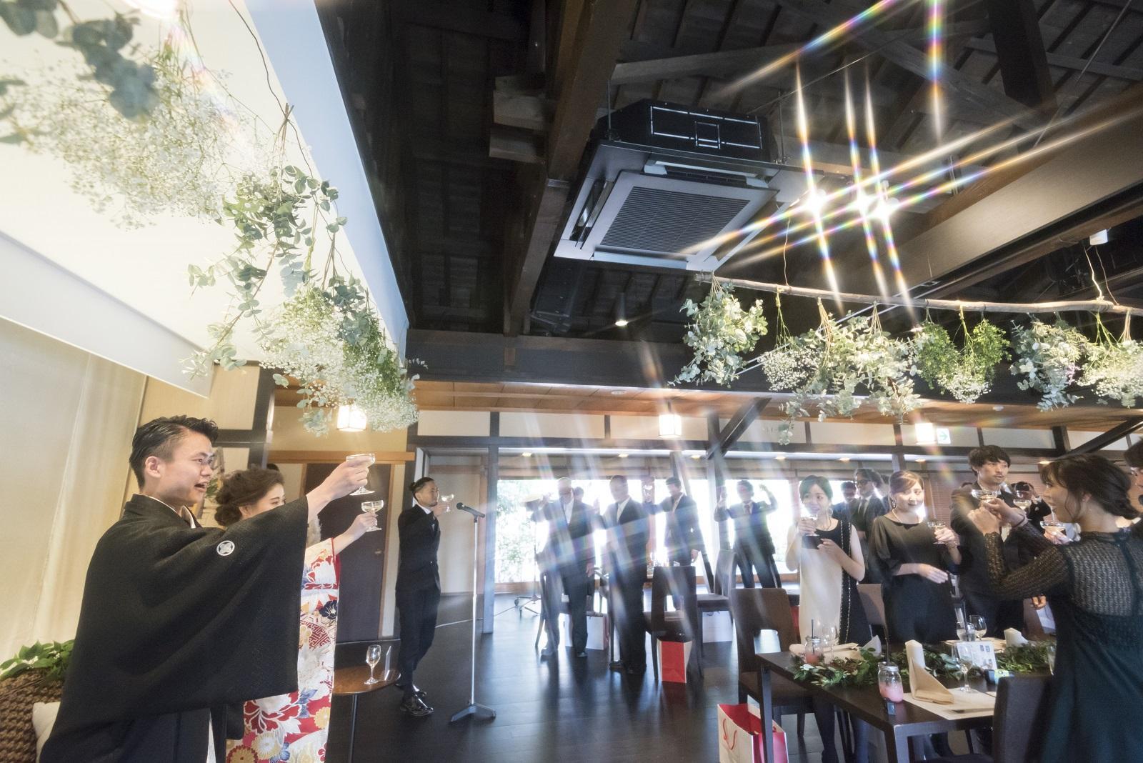 香川県高松市の小さな結婚式相談カウンターマリマリコンシェルジュのご紹介式場 弓絃葉の結婚式の乾杯シーン