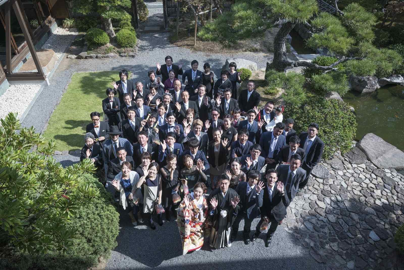 香川県高松市の小さな結婚式相談カウンターマリマリコンシェルジュのご紹介式場 弓絃葉の庭園で新郎新婦とゲストの記念撮影