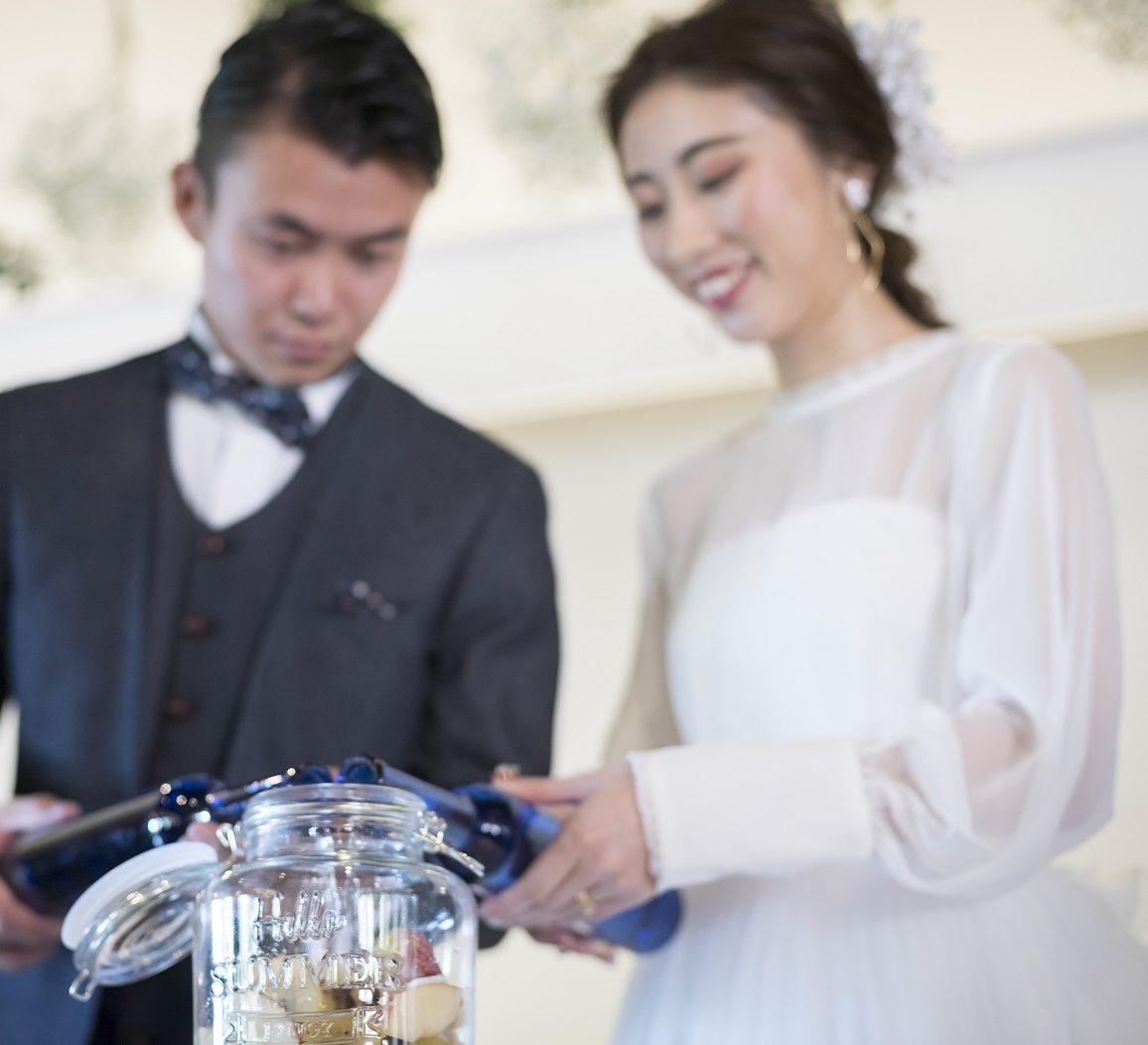 香川県高松市の小さな結婚式相談カウンターマリマリコンシェルジュのご紹介式場で果実酒をつくるセレモニー