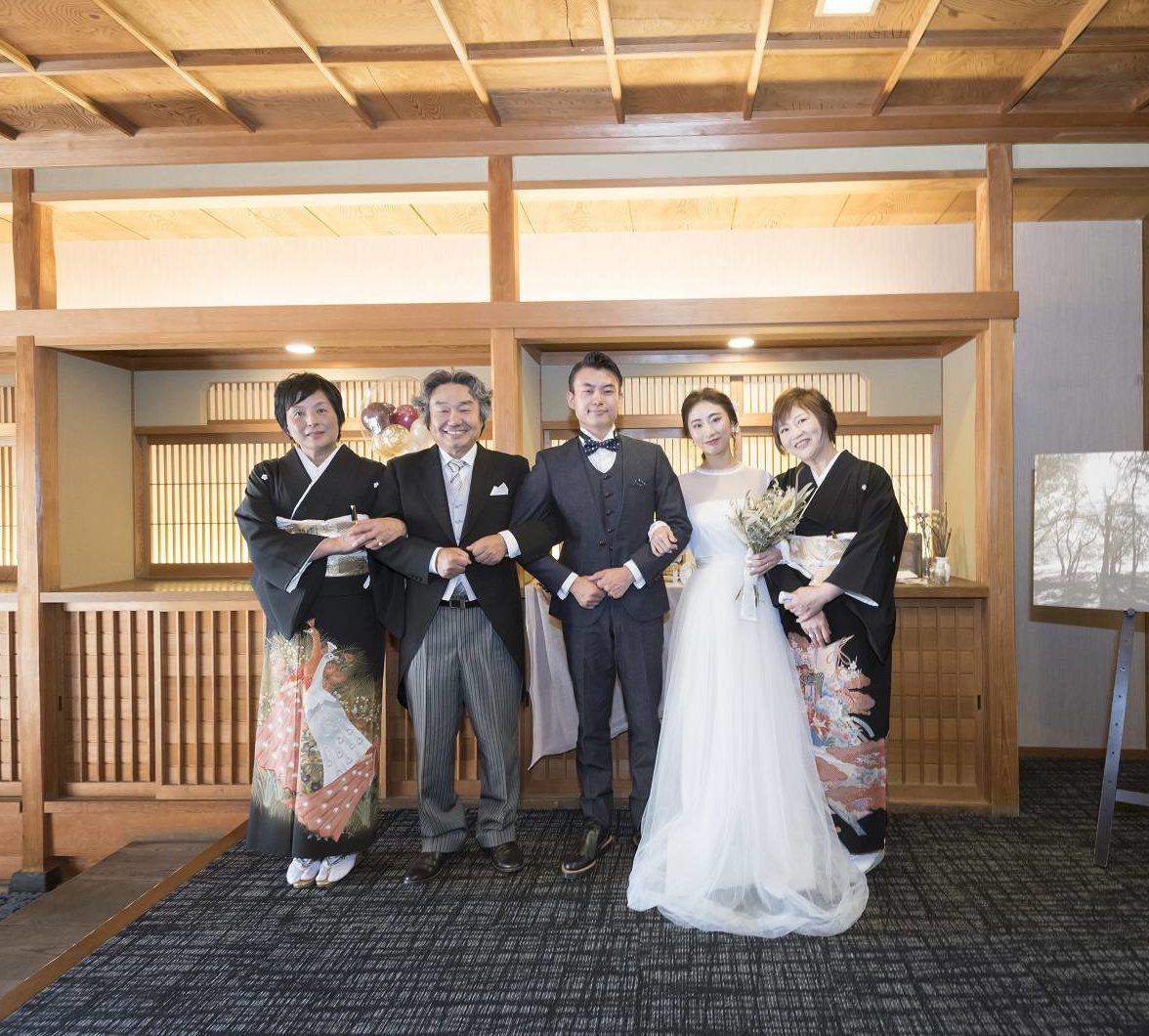 新郎新婦と両家で記念撮影