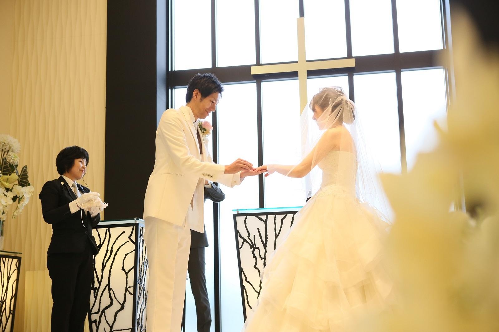 香川県高松市の結婚相談カウンターマリマリコンシェルジュのご紹介式場で指輪の交換