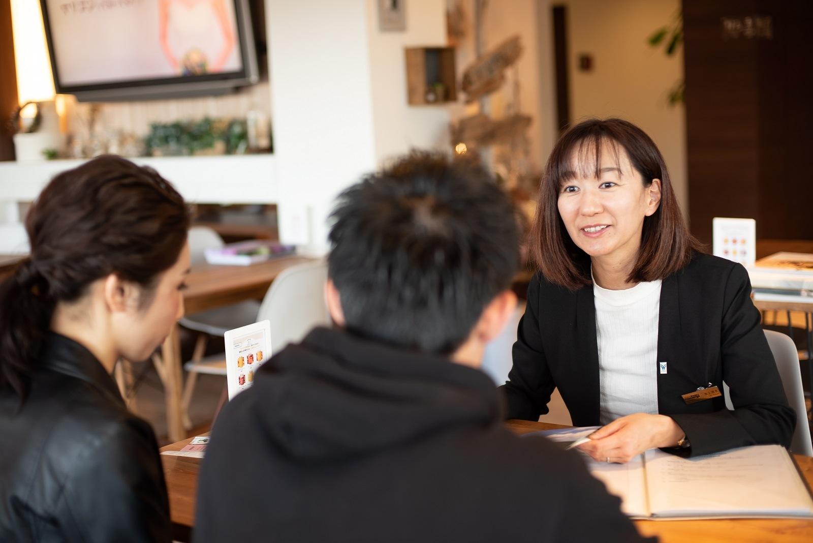 香川県高松市の小さな結婚式相談カウンターマリマリコンシェルジュのスタッフがお二人のイメージをお伺い