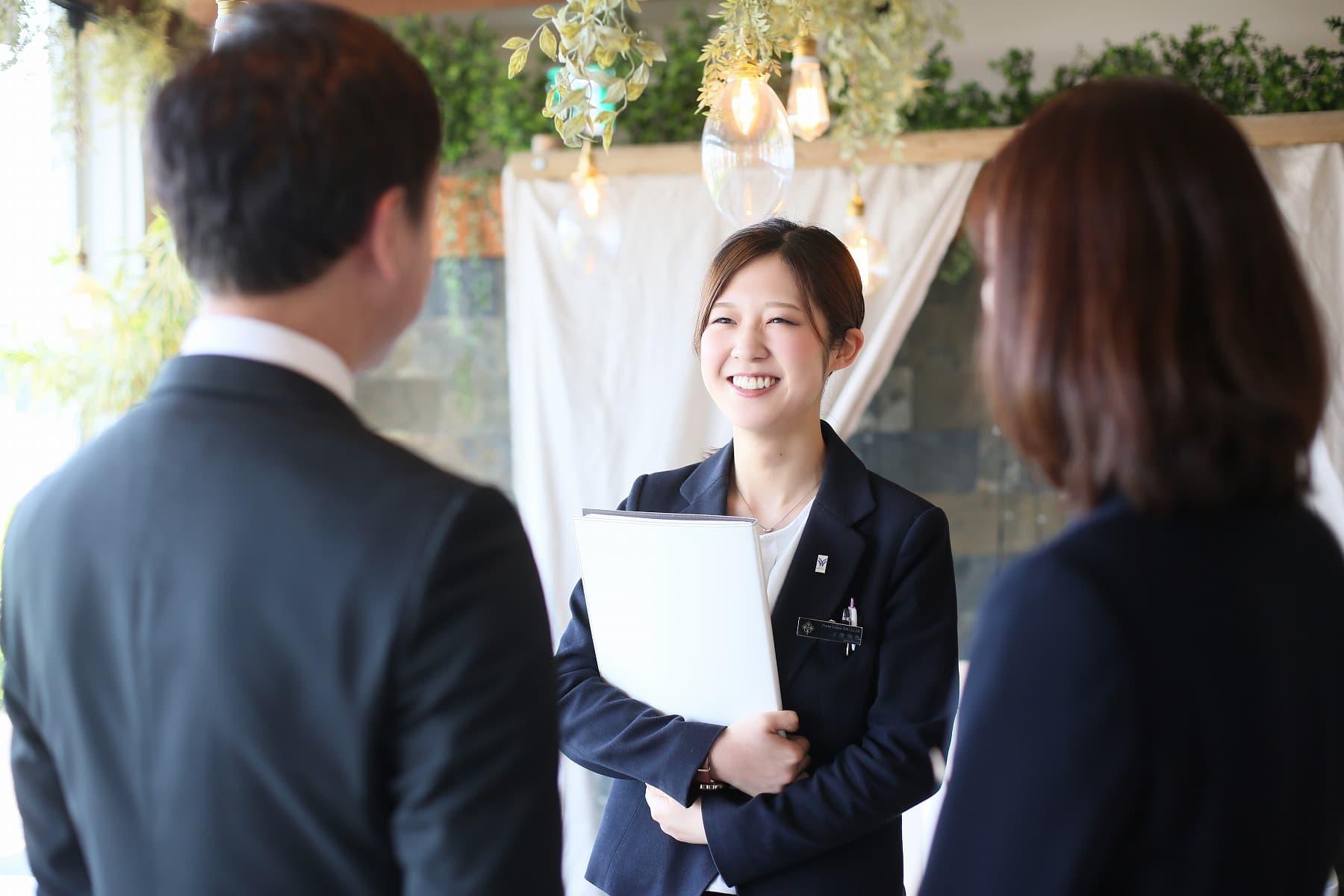 高松市の小さな結婚式相談所マリマリコンシェルジュのスタッフが式場をご案内